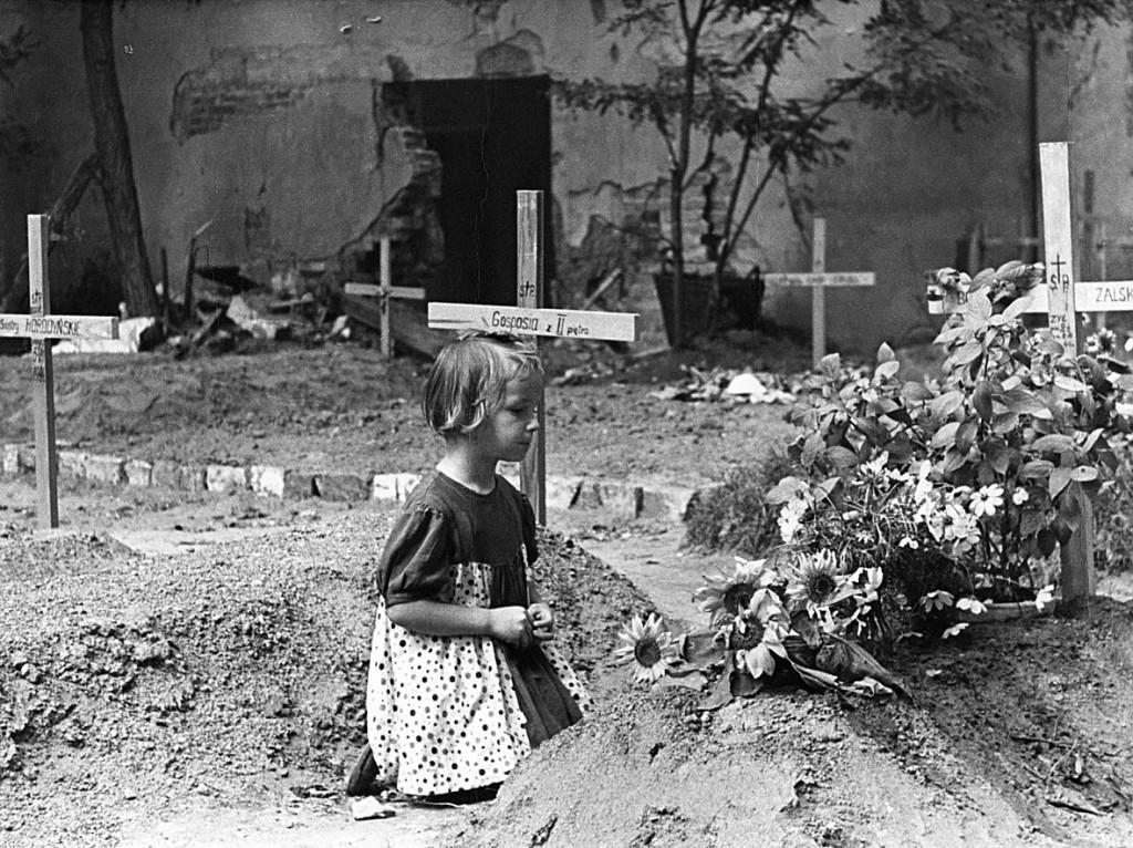 戦死した者を弔う少女