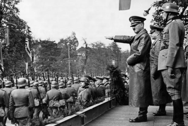 ワルシャワに立つヒトラー