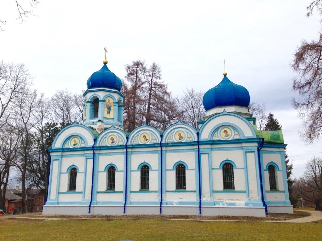 丘の上に立つ正教会