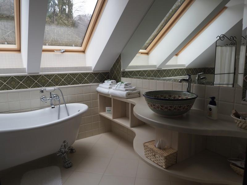 自然日光で明るい浴室