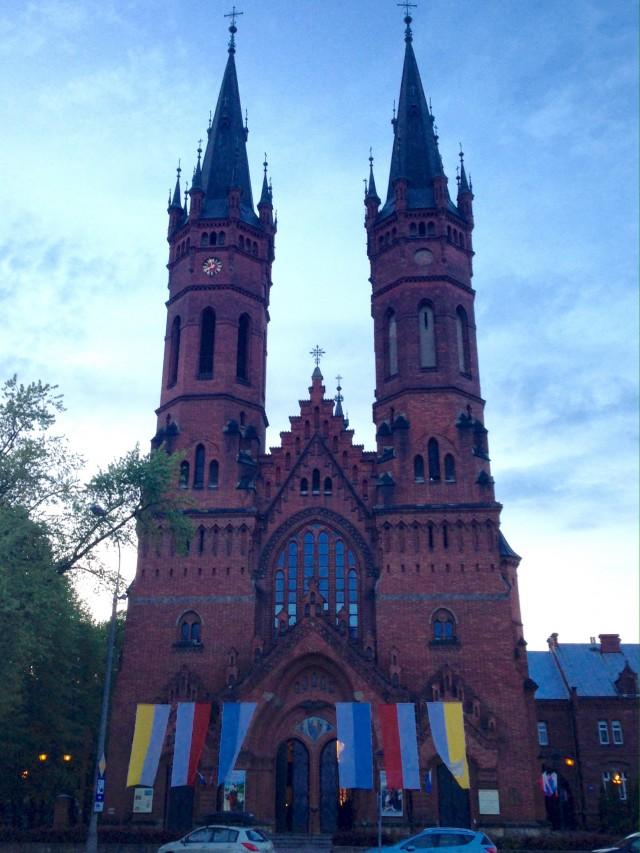 道路を挟んで向こう側にある教会