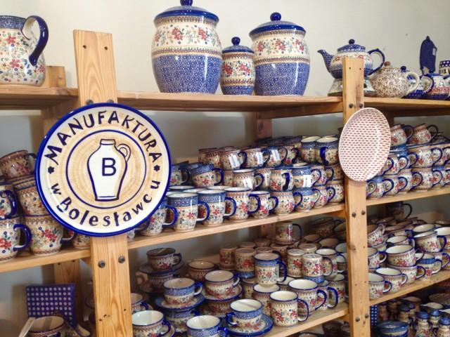 店内のボレスワヴィエツ陶器