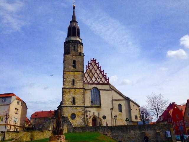 広場を見下ろすようにある教会