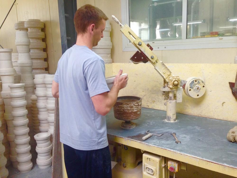 粘土から陶器の形に整えていくようす