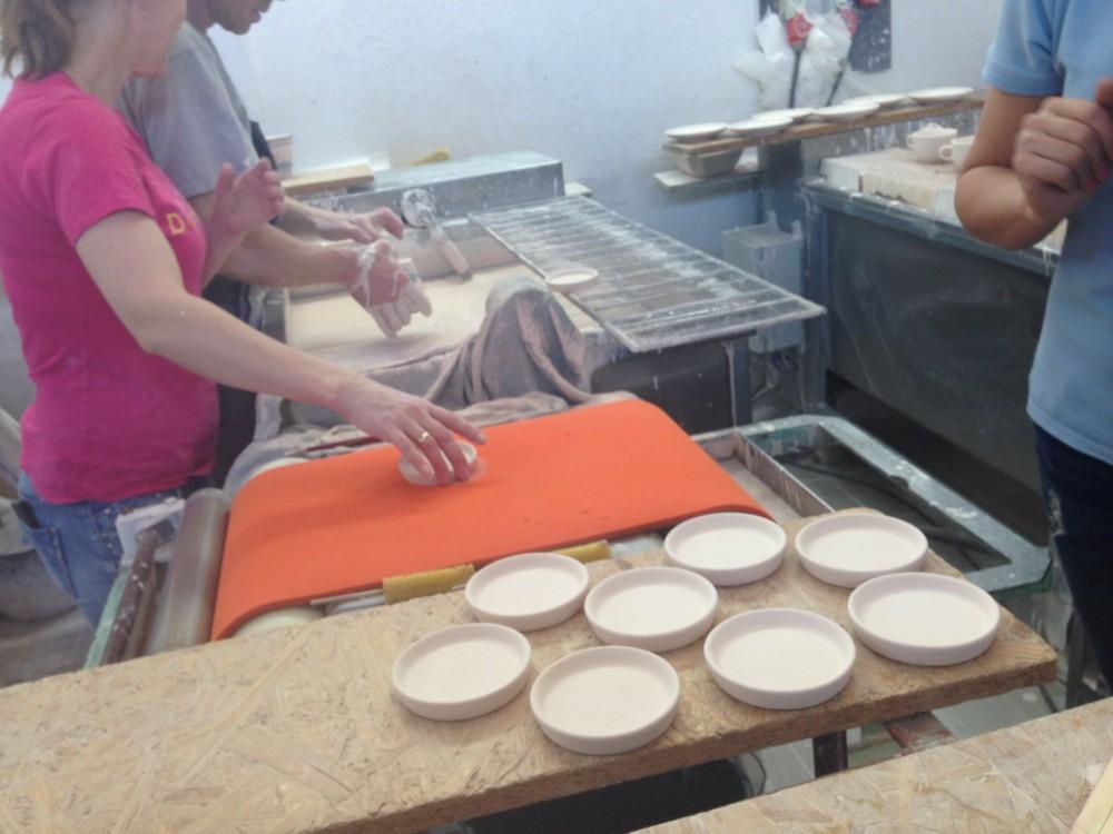 絵付け後の陶器には釉薬を浸す