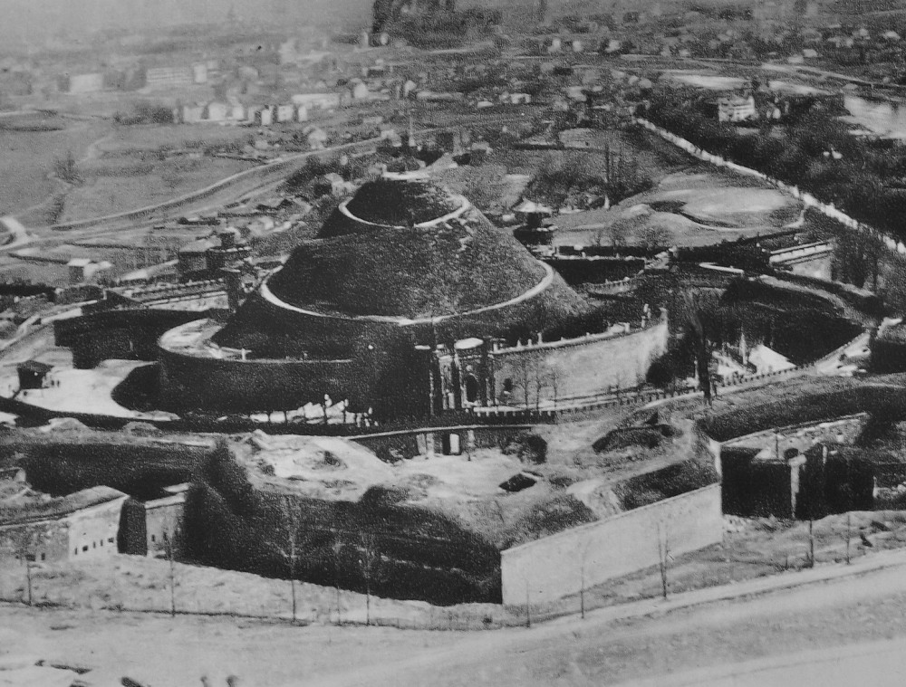 建設途中のコシチューシュコの丘