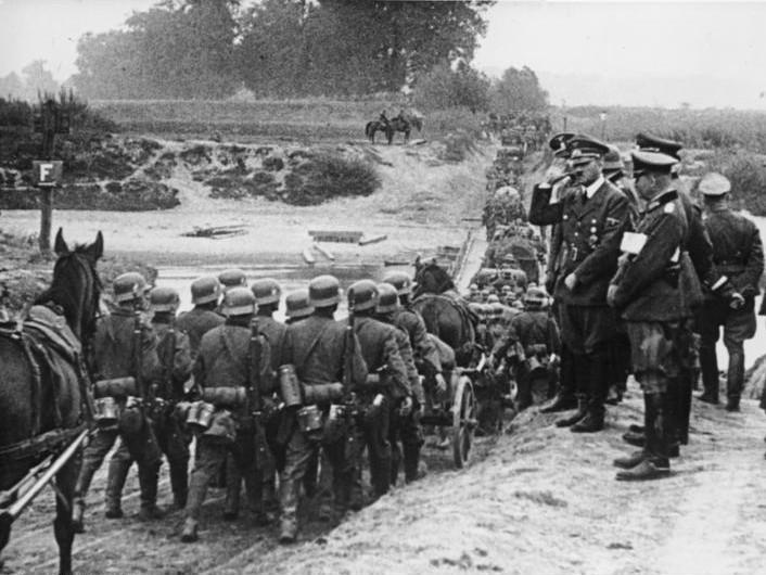 ポーランドに侵攻するドイツ軍とヒトラー