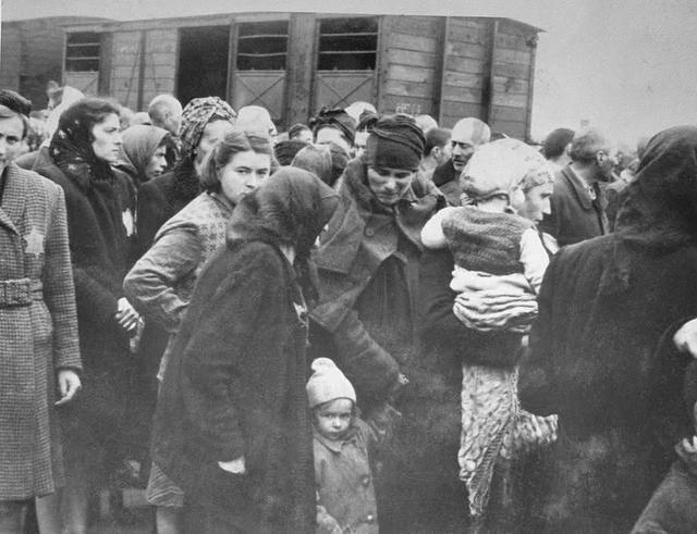 収容所に到着したユダヤ人女性