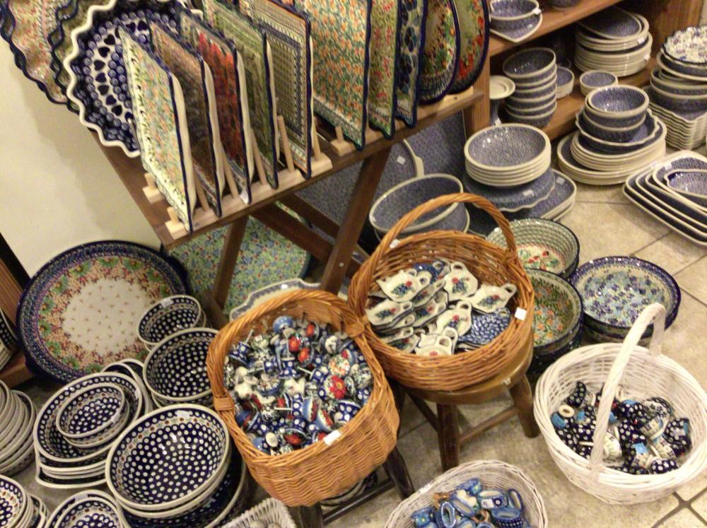 床の上にもたくさんの陶器が