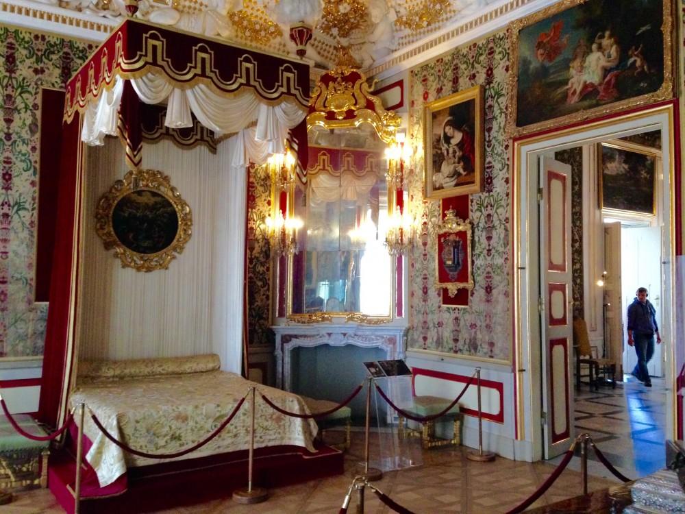 王室のベッドにはやっぱり天蓋!