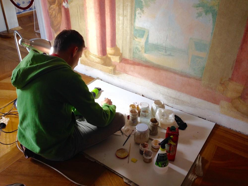 壁画を修復している職人さん
