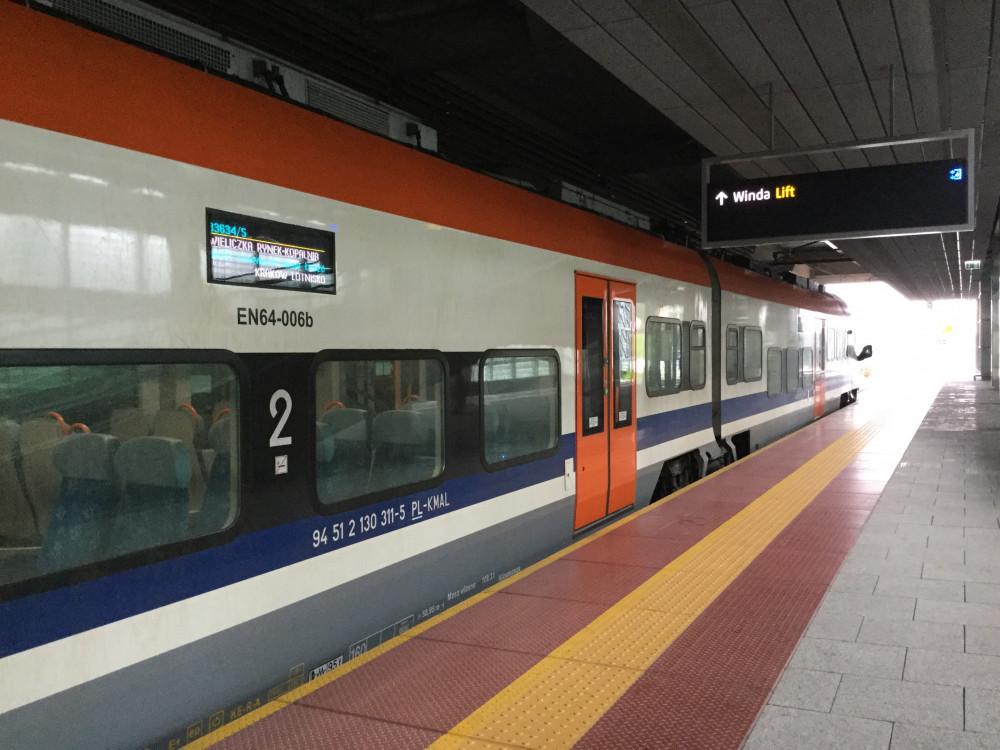 クラクフ中央駅へ向かうKMSの列車