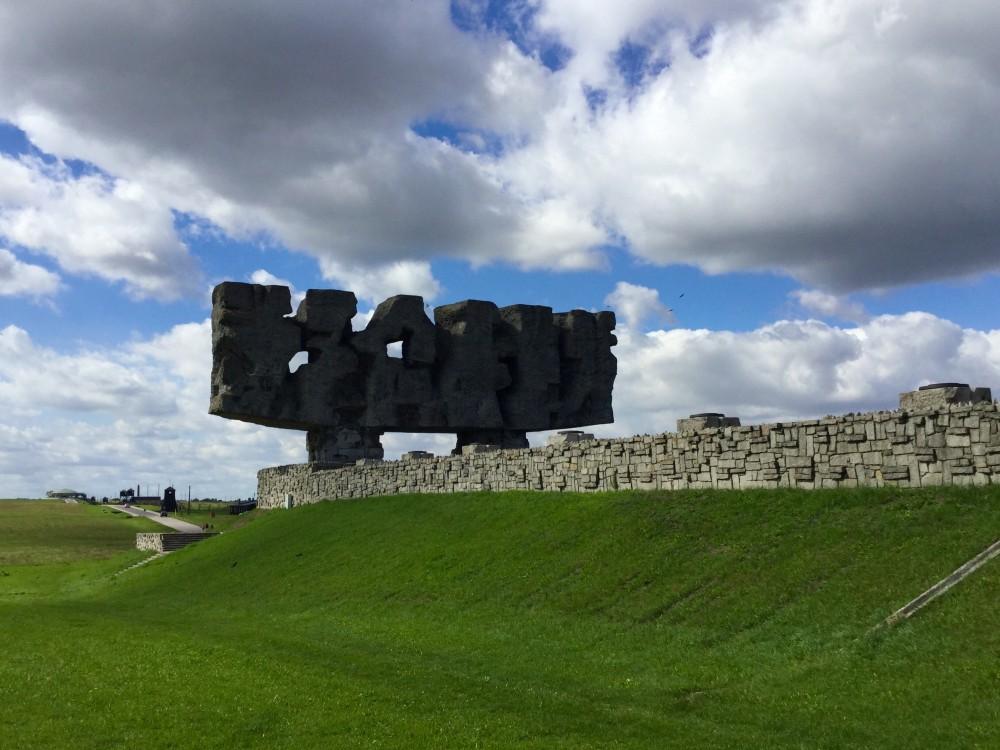 マイダネクのシンボル「門」
