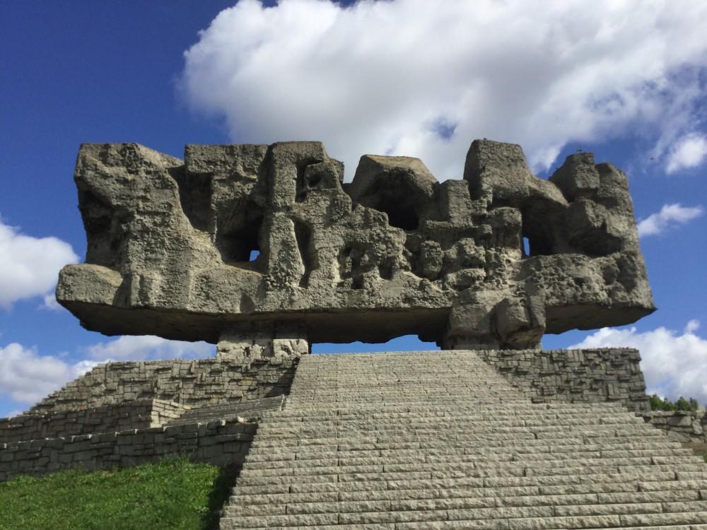 マイダネクのモニュメント「門」