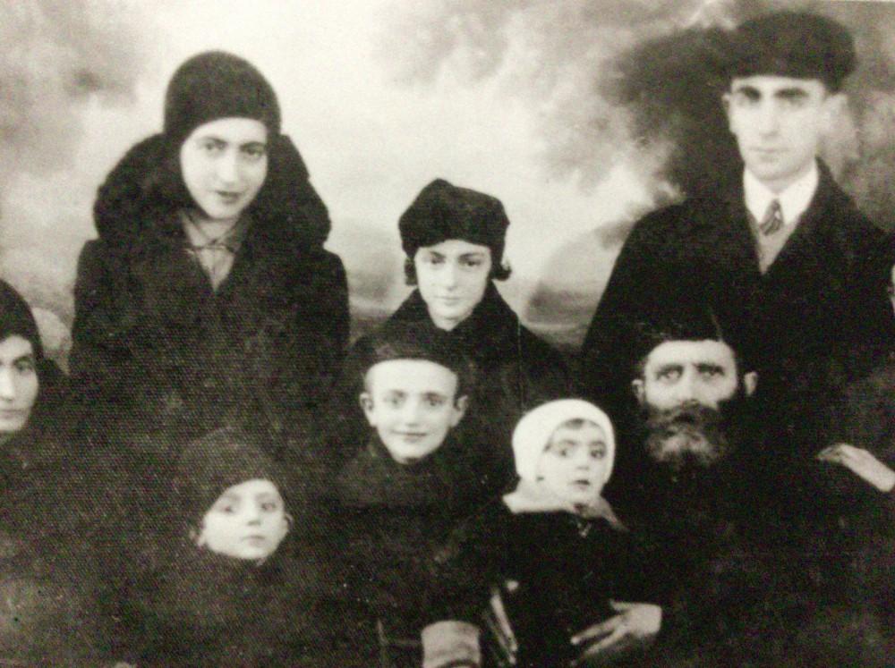 強制収容所で亡くなった一家の写真