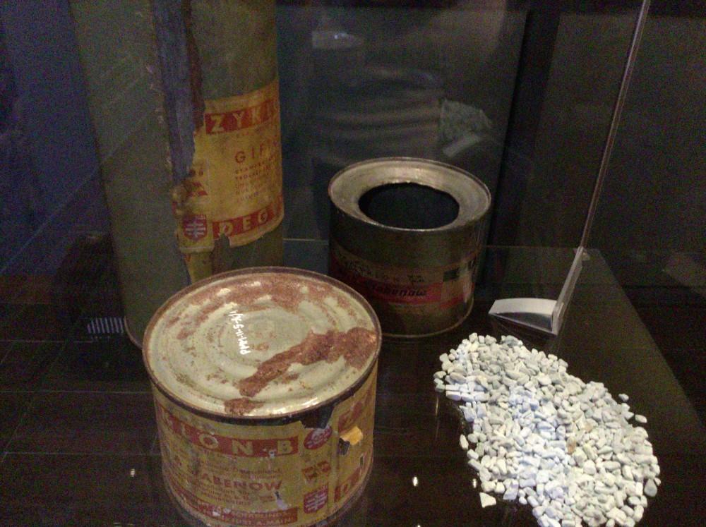 チクロンBの缶とその中身
