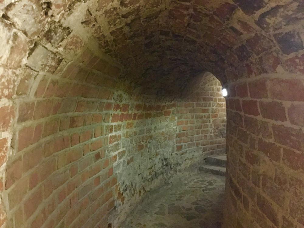 トンネルのような階段を上って…
