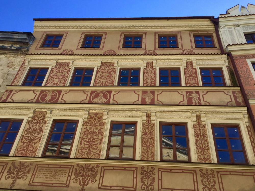 こまかに彩られた建物