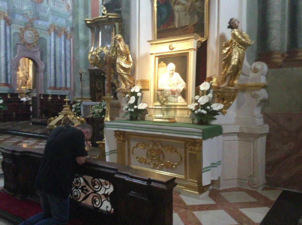 聖ヨハネ・パウロ2世に祈りを捧げる人