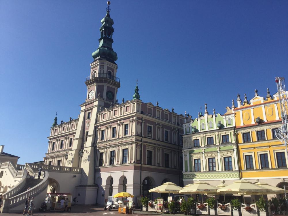 中央広場に位置する旧市庁舎