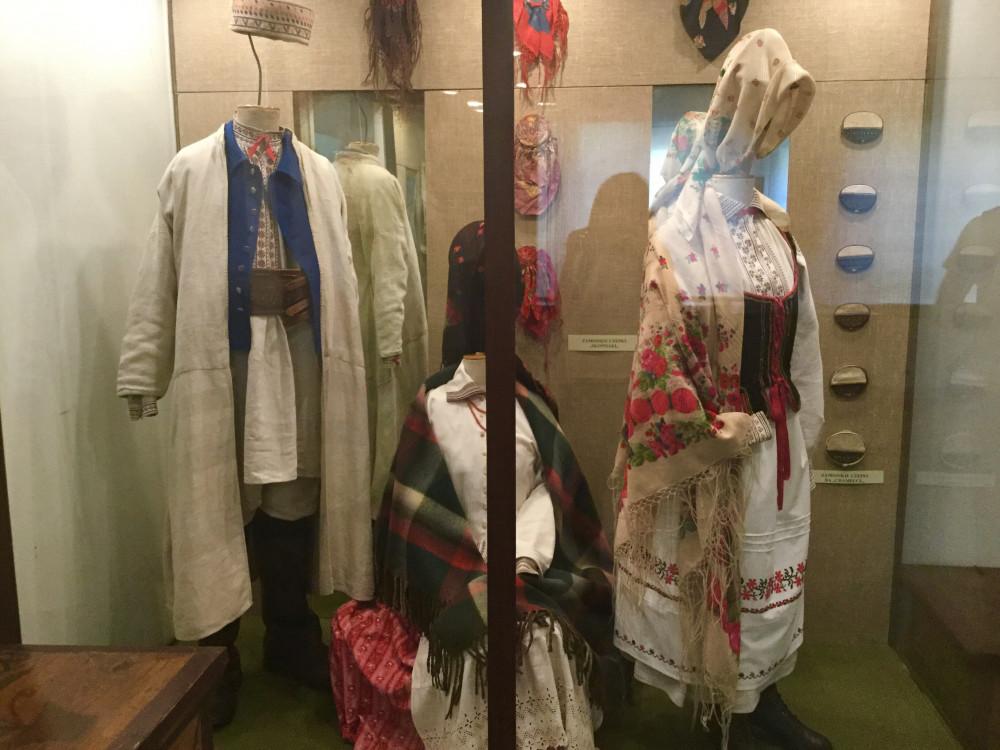周辺地方の民族衣装もズラリ