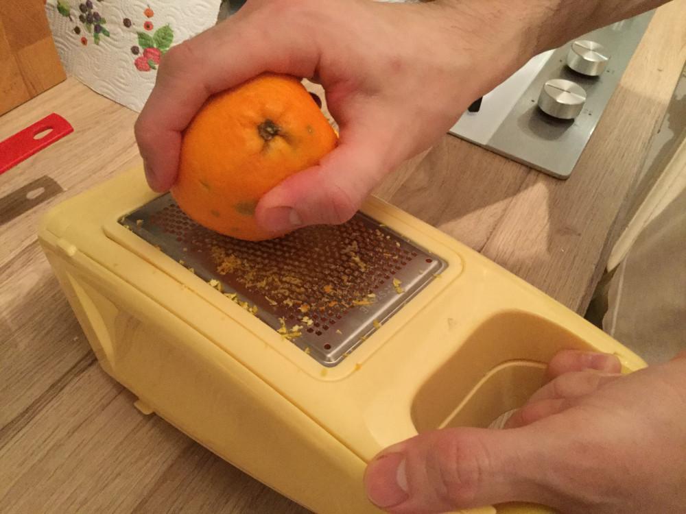 オレンジの皮をすります