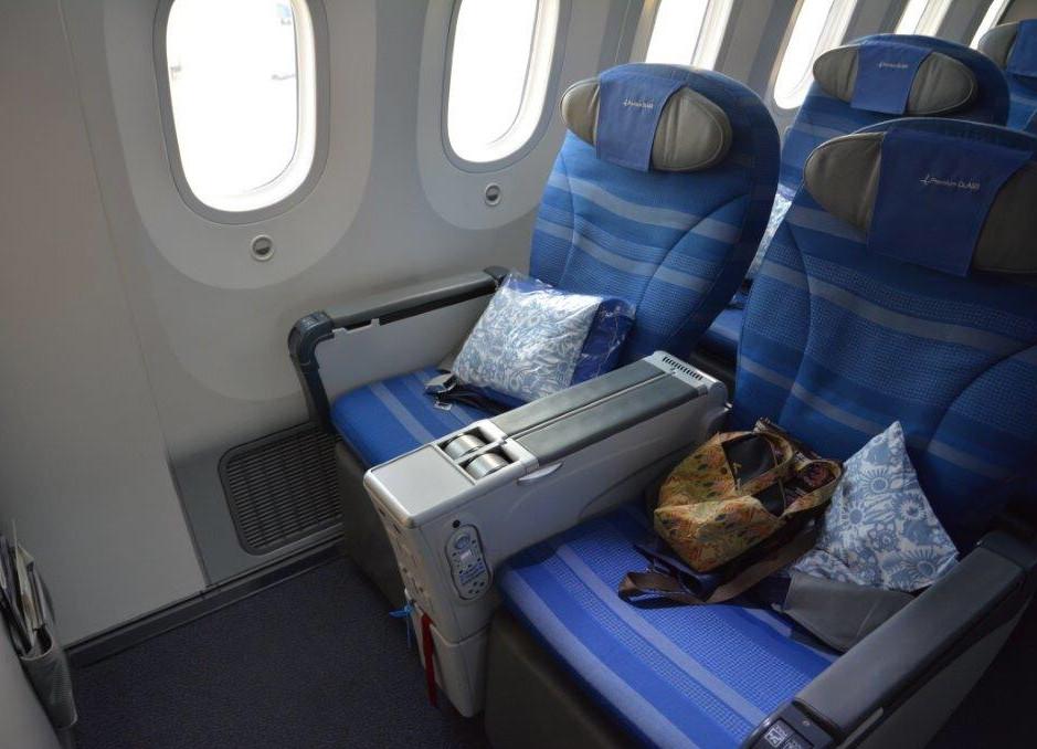 座席は2×3×2の配列