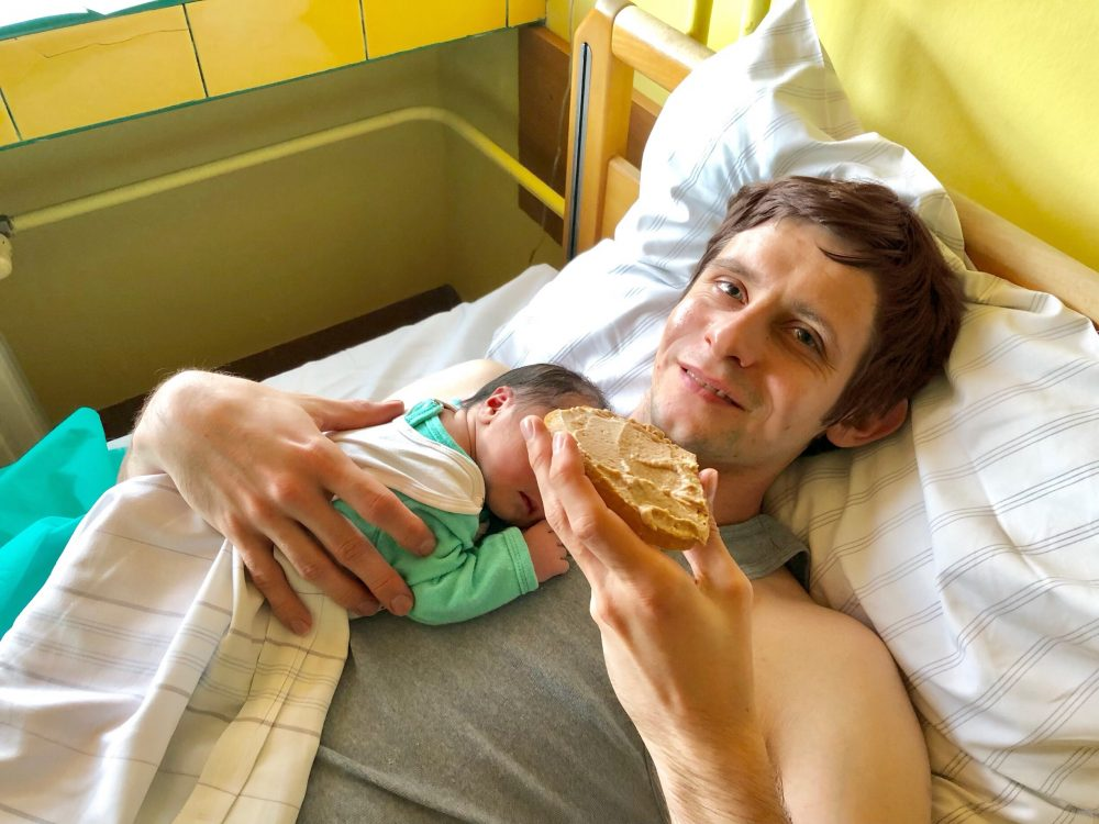 生まれたばかりの赤ちゃんと夫