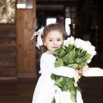 花束を持つ少女