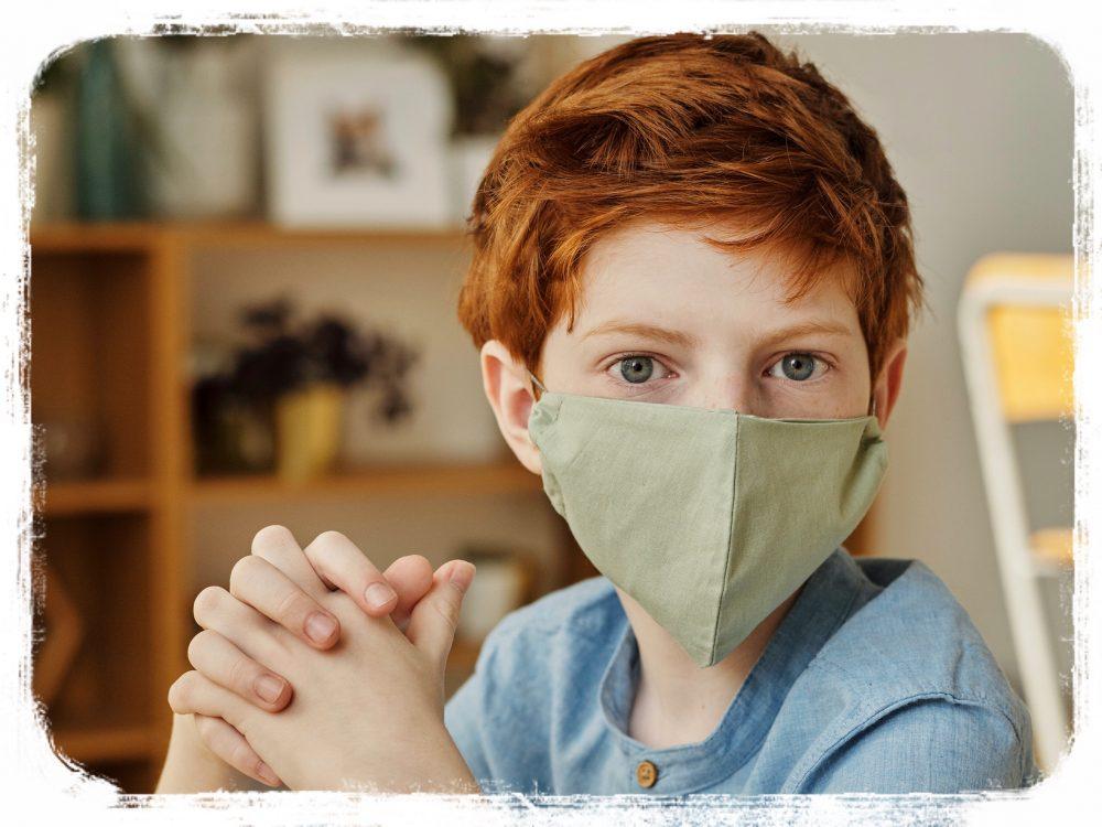 布マスクをつける少年