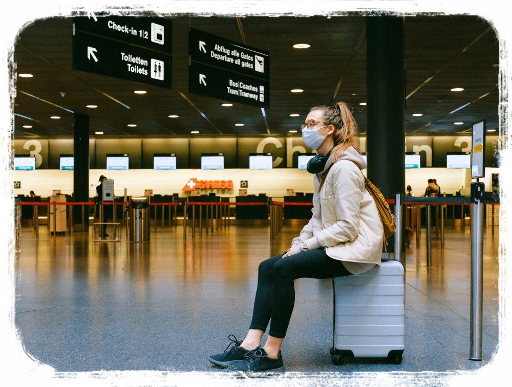 空港で待つ女性