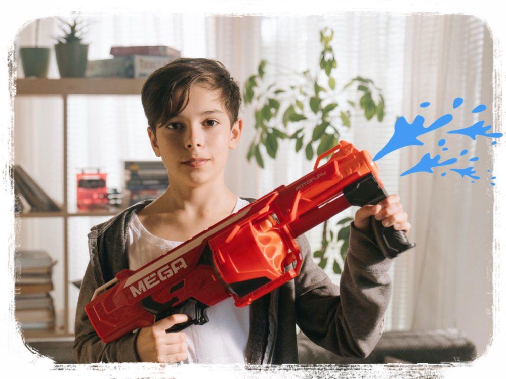 水鉄砲をもつ少年