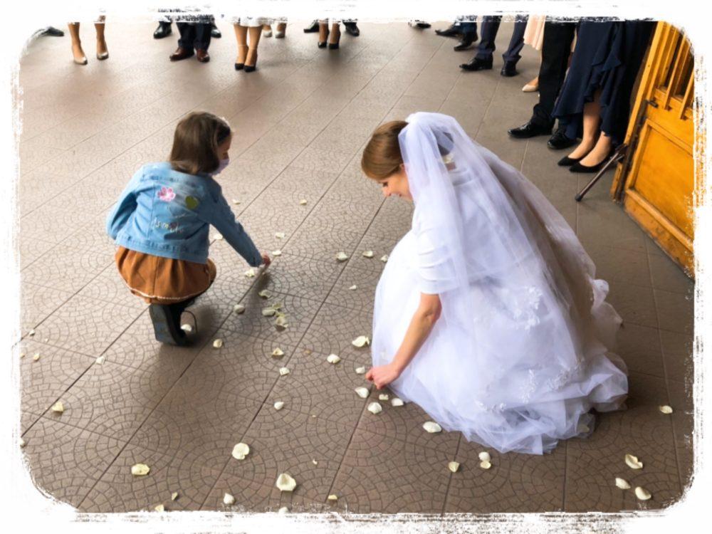 花嫁が硬貨を拾う